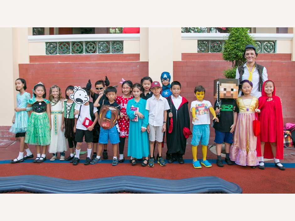 A group of students and teacher at AP1 Book Week