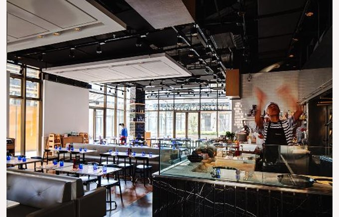 Picture of, pizza Express, pizza, man making pizza, restaurant, things to do in Shanghai, Shanghai China,what to do in Shanghai.