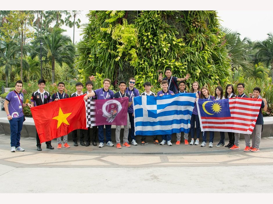 BIS HCMC take photo with other teams at F1 in Schools 2015