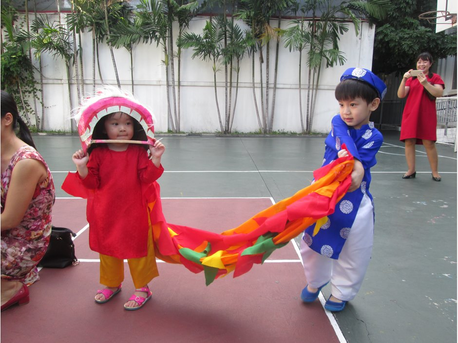 TX students wearing Ao Dai and play dragon dance