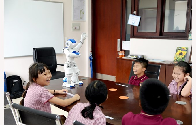 robot NAO visited BVIS Hanoi (5)