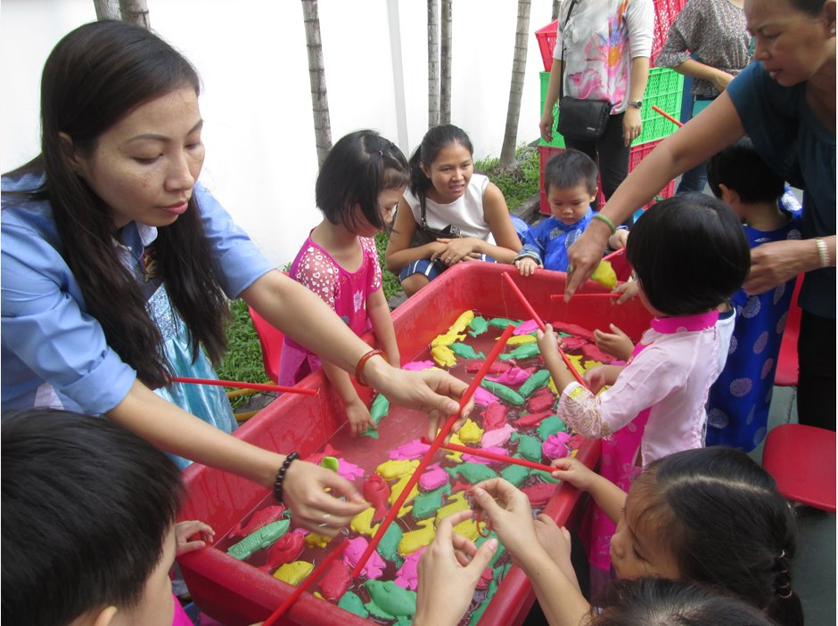 Teacher instructs EYFS kids to play games in TX Moon Festival