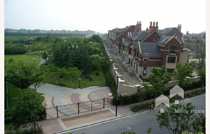 Townhomes in Stratford compound, green spaces, good weather, green trees, Shanghai China, Where to live in Shanghai.