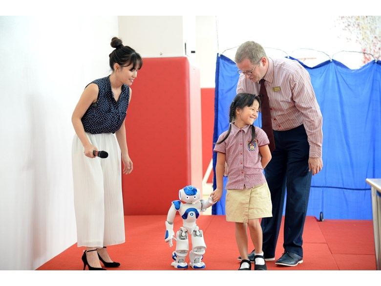 robot NAO visited BVIS Hanoi (9)