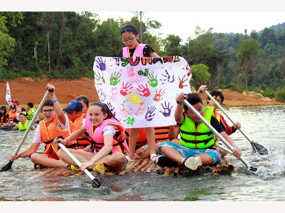 Madagui raft bu'lding challenge with flag of hand designs