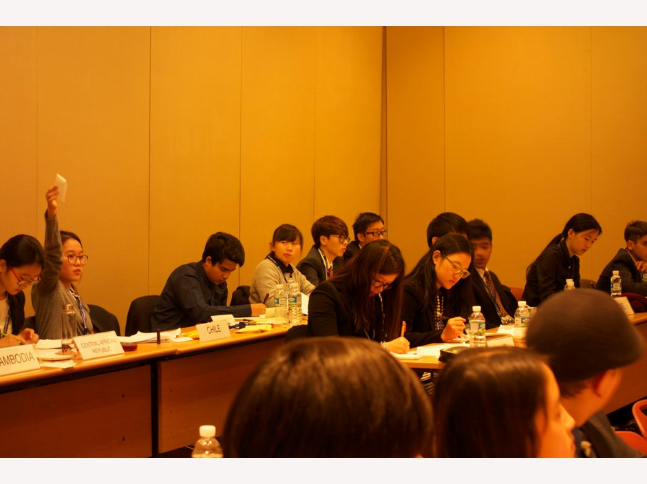 One student raises her hand to speak at Seoul Model United Nations 2015