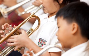 Children playing trumpets
