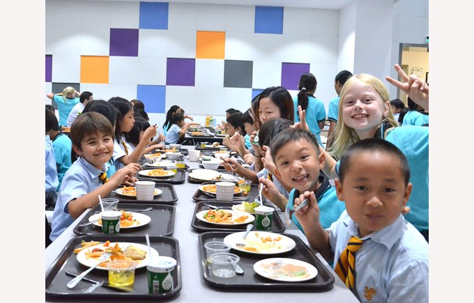 Primary Students eating lunch