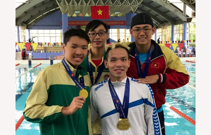 Jeremie Luong 2017 National 25m pool Jeremie with 2 Olympian (800x600)