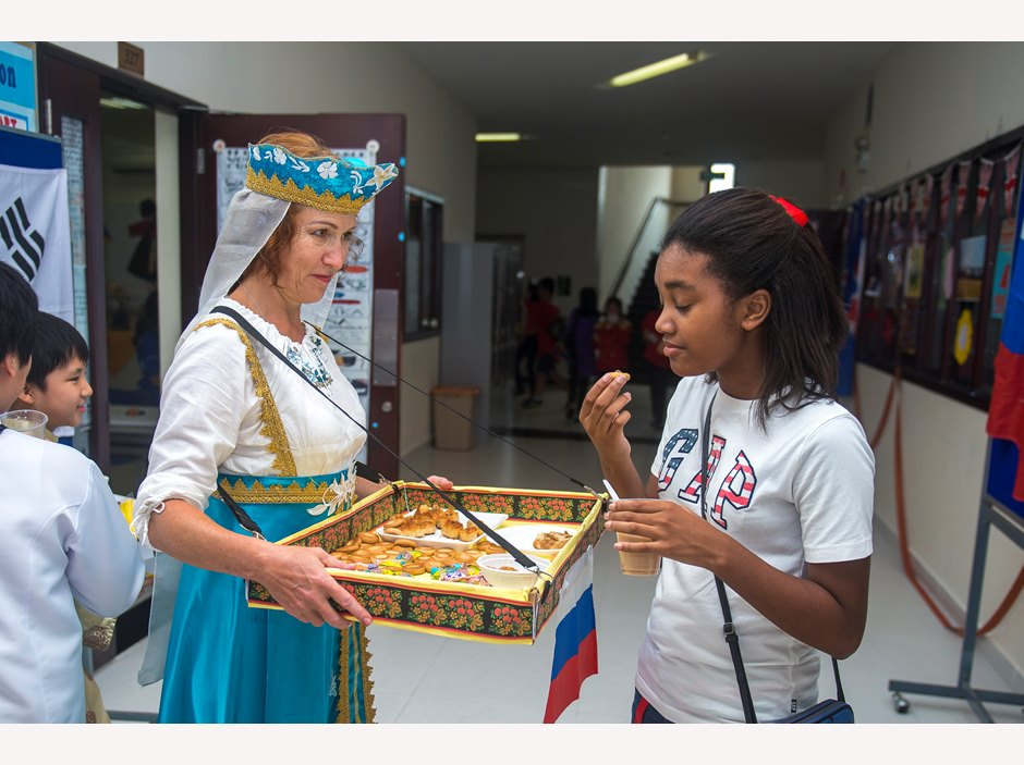 Student tries food on AP2 International Day 2015