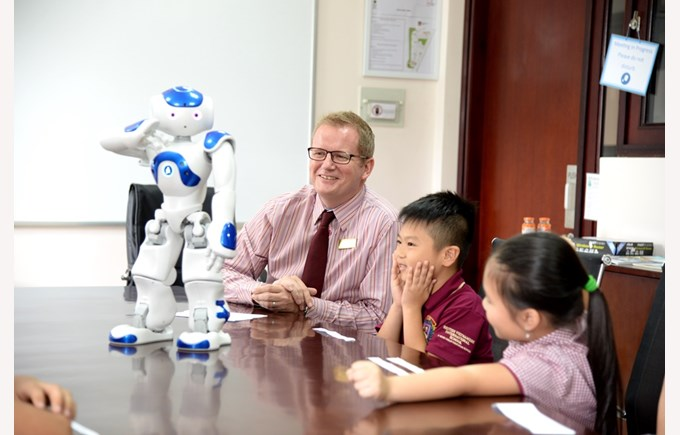 robot NAO visited BVIS Hanoi (3)