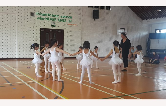 STudents in ballet lesson in full circle