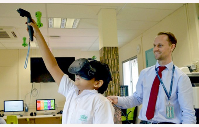 DCIS Year 6HM Students Paint in a Virtual Reality World