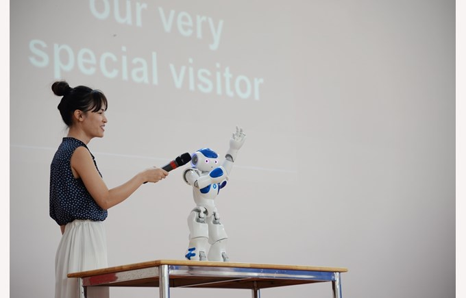 robot NAO visited BVIS Hanoi (7)