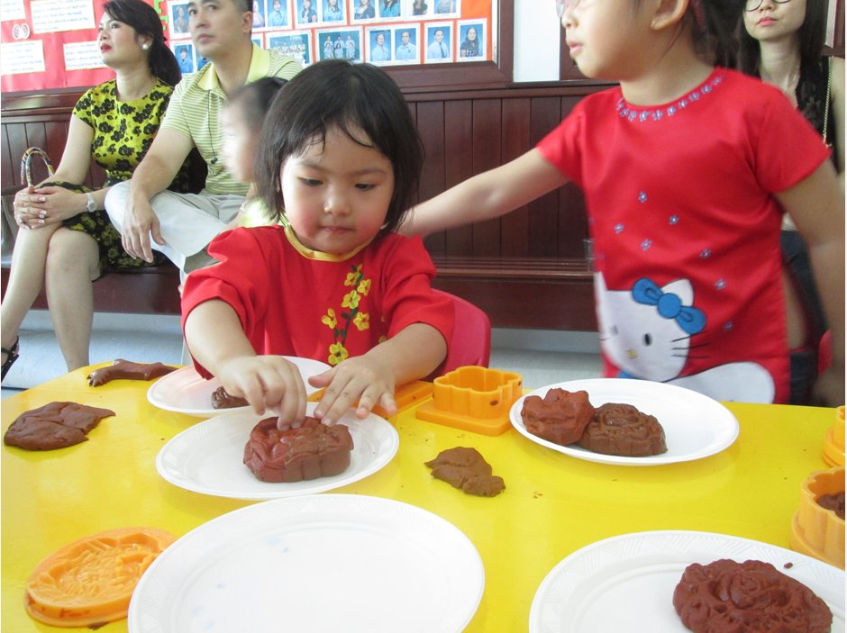 TX kids making moon cakes in Moon Festival