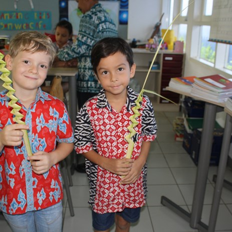 kids making indonesian craft