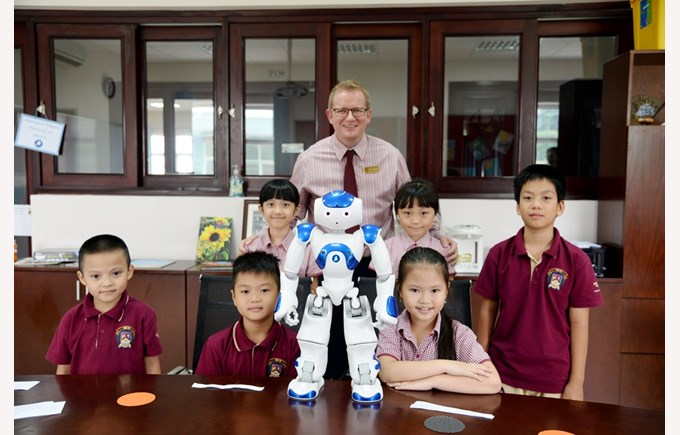 robot NAO visited BVIS Hanoi (6)