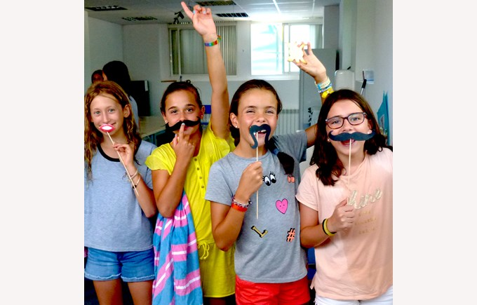 ICS Summer Camps Campamentos de Verano dressing up fun