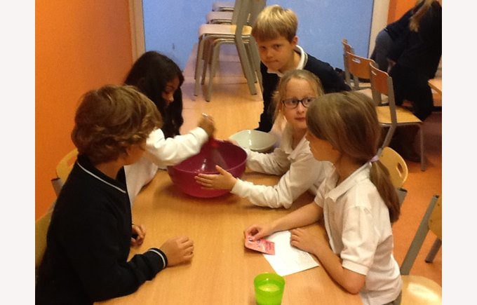 4thA grade students bake vanilla-chocolate muffins