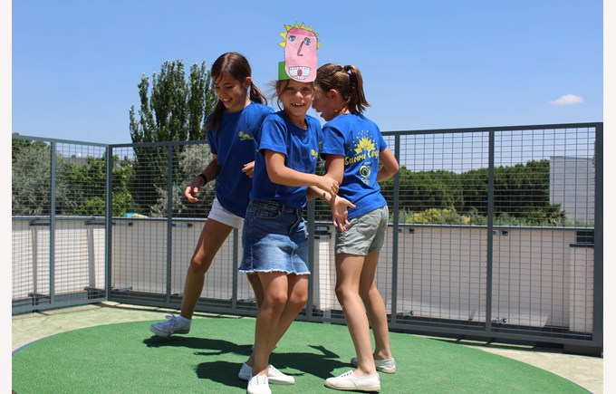ICS Summer Camps Campamentos de Verano jumping girls