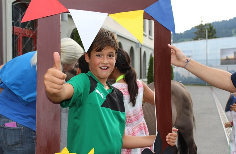 Summer-camp-Switzerland-thumbs-up