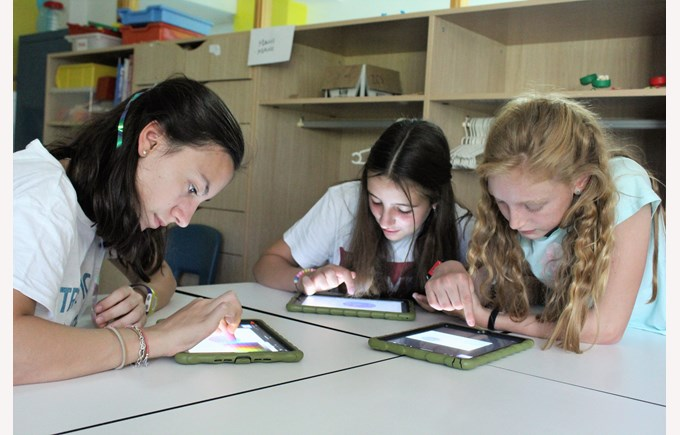 ICS Summer Camps Campamentos de Verano tech girls with tablet