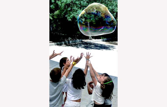ICS Summer Camps Campamentos de Verano bubble blowing fun