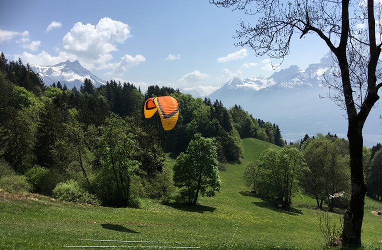 Summer-Camp-Switzerland-paragliding