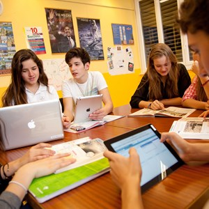 groupe of students using computers and ipads